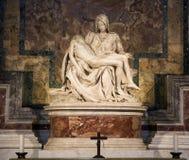 Известные Pieta или плач Христос скульптура Микеланджело Buonarroti в соборе St Peter в Ватикане стоковое фото