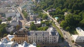 Известные touristic места в Kyiv - вид с воздуха к старой зоне Podil с церковью Pokrovska Podil сток-видео