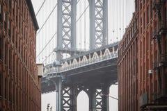 Известный взгляд сердца моста Манхэттена на Dumbo в улицах Бруклина стоковое изображение