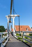 Известный деревянный мост от одной из узких улочек Эдамера, Нидерланд, Европы стоковые фото