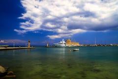 Известный живописный порт острова Родоса - белых яхт, средневековой крепости, бирюзы Стоковое фото RF