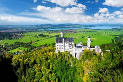 Известный замок Нойшванштайна, дворец сказки на изрезанном холме над деревней Hohenschwangau около Fussen Стоковое Фото