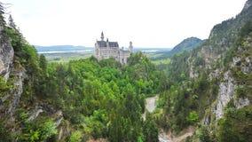 Известный замок Нойшванштайна обозревая окружающие долину и лужок, в Schwangau Стоковые Фото