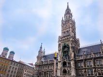 Известный здание муниципалитет на marienplatz, Бавария Мюнхена Германии ландшафта часы зимы сезона Стоковые Изображения RF