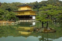 известный золотистый павильон kyoto kinkakuji японии Стоковая Фотография
