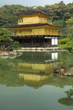известный золотистый павильон kyoto kinkakuji японии Стоковое Изображение