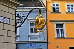 Известный золотой корабль подписывает внутри ` r GyÅ, Венгрию Стоковые Фотографии RF