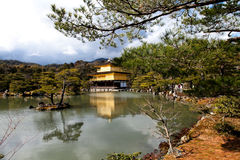 Известный золотой павильон на виске Kinkakuji с голубым небом, Киото, Стоковые Изображения