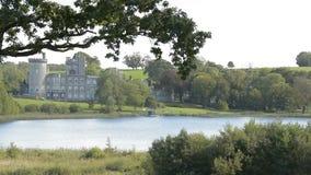 Известный ирландский общественный замок, Dromoland и гольф-клуб, графство Клара, Ирландия сток-видео