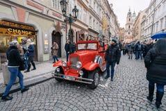Известный исторический автомобиль Praga в улице Праги стоковые фотографии rf