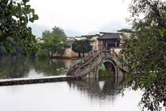 Известный каменный мост водя к старой деревне Hongcun в Аньхое Стоковое Фото