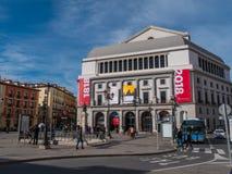 Известный квадрат Изабеллы II в Мадриде с национальным театром стоковые изображения rf