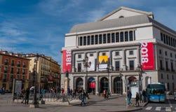Известный квадрат Изабеллы II в Мадриде с национальным театром стоковое изображение