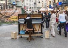 Известный классический пианист SoRyang играет рояль в pedestr стоковые фотографии rf
