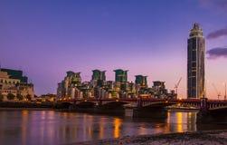 Известный Лондон MI6 и мост Vauxhall на ноче Англии Стоковые Изображения RF