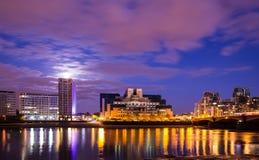 Известный Лондон MI6 и мост Vauxhall на ноче Англии Стоковые Изображения