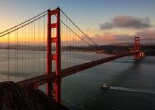 Известный мост золотого строба в Сан-Франциско на восходе солнца Стоковые Фотографии RF