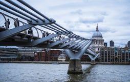 Известный мост тысячелетия над рекой Темзой Стоковое фото RF