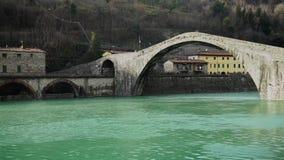 Известный мост Mary Magdalene как известно как мост дьявола в Италии, 4K акции видеоматериалы
