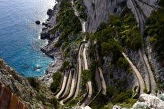 Известный путь hairpin Krupps к морю на острове Капри в Италии стоковая фотография rf