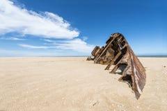 Известный пляж El Barco с ржавым barge внутри Уругвай Стоковая Фотография