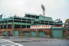 Известный стадион Fenway Park в Бостоне - БОСТОНЕ, МАССАЧУСЕТСЕ - 3-ье апреля 2017 стоковое изображение