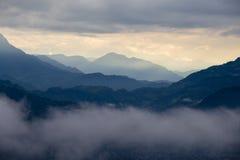 Известный туристский взгляд горной цепи Annapurna от пагоды международного мира на зоре в облаках в Pokhara, Непале Стоковое Изображение