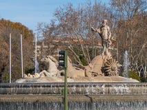 Известный фонтан Нептуна в Мадриде стоковые фото