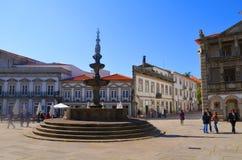 Известный фонтан Chafariz и старая ратуша на Praca da Republica в Viana do Castelo, Португалии Стоковое Изображение