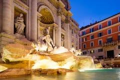 Известный фонтан Trevi загоренный на ноче в Риме Стоковая Фотография