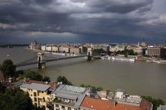 Известный цепной мост через Дунай и часть левого берега Дуная под облаками шторма, увиденного от холма Gellert стоковая фотография rf