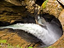 Извиваясь Trummelbach понижается, кантон Интерлакена, Bern, Швейцария, водопад в горе долины Lauterbrunnen стоковые изображения rf