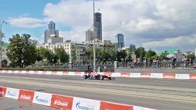 Извивы автомобиля F1 на улице города Выставка G-привода акции видеоматериалы