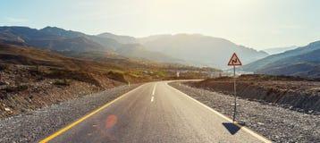 Извилистая дорога в зоне гор стоковые фото