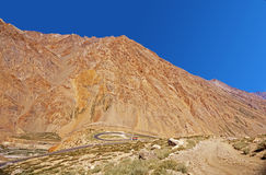 Извилистая дорога в пустыне горы большой возвышенности в Гималаях Стоковое Изображение RF