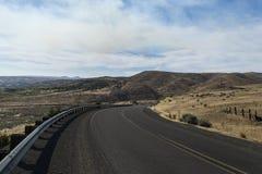 Извилистая дорога через долину Стоковое фото RF