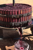 извлекать вино давления сока виноградины ручное старое Стоковое Изображение