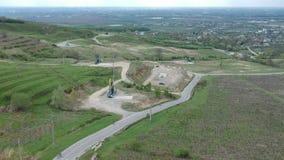 Извлечение около Плоешти, Румыния нефтяных вышек, воздушный отснятый видеоматериал сток-видео