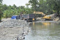 Извлечение песка и гравия на русле реки Mal, Matanao, Davao del Sur, Филиппинах стоковые фотографии rf
