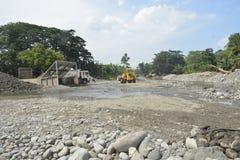 Извлечение песка и гравия реки Mal, Matanao, Davao del Sur, Филиппин стоковое изображение