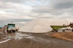 Извлечение соли от озер соли Стоковые Фотографии RF