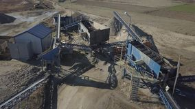 Извлечение, стирка, сортировать и отвлечение гравия реки Горнодобывающая промышленность Технология получать камень Взгляд глаза п сток-видео