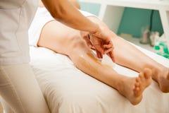 Извлекать волосы ног женщины Стоковые Изображения