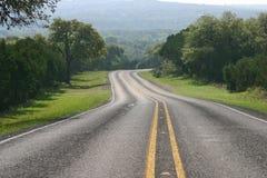 Изгибать дорогу в стране холма Техаса Стоковые Фото