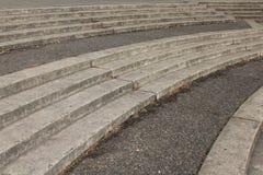 Изгибать серую конкретную лестницу в Портленде, Орегон стоковые изображения