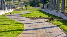 Изгибать тропу на солнечный день в Park City Юте стоковые изображения