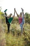 2 изгибчивых атлетических женщины разрабатывая совместно Стоковое Фото