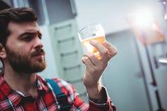 Изготовитель держа стекло пива на винзаводе Стоковое Изображение