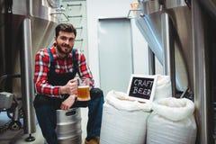 Изготовитель держа стекло пива на винзаводе Стоковая Фотография