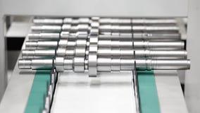 Изготовление металлических продуктов, валы или втулки лежат на конвейерной ленте конец-вверх, инженерство, концепция обслуживания Стоковое Изображение